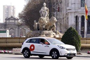Un vehículo de Wible circula por Cibeles, en Madrid.
