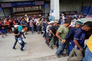 Cientos de migrantes centromareicanos a su paso por la ciudad de QueretaroMexico. EFE Jacqueline Lopez