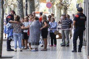 Un mosso d'esquadra acompaña a algunas de las familias afectadas por la explosión de Premià de Mar, este domingo.