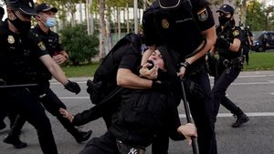 Carga policial en unaconcentración por la sanidad públicafrente a la Asamblea de Madrid, este jueves, 24 de septiembre.