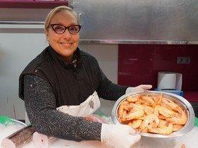 Isabel Santiago,propietaria del puesto Peixateria Isabel Santiago, del Mercado de Galvany, con una bandeja de galostinos.