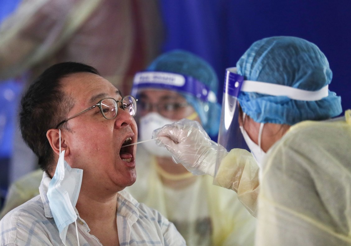 Las autoridades sanitarias chinas realizan test de coronavirus a la población.