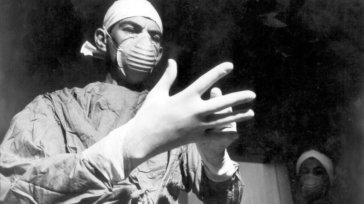 El cirujanosudafricanoChristiaan Barnard, en uno de sus primeros trasplantes de corazón. La primera operación de este tipo se realizó en España 17 años después.