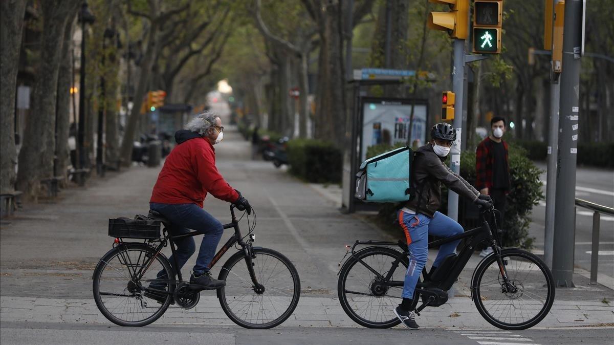 Ciclistas con mascarillas en el centro de Barcelona