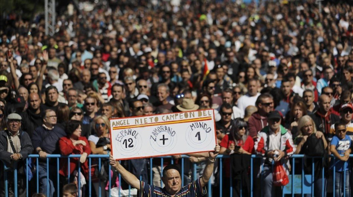 Cientos de aficionados a las motos han homenajeado hoy, en Madrid, a Ángel Nieto.