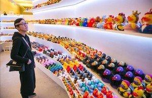 Expositor lleno de patos de toda clase y condición de Barcelona Duck Store.