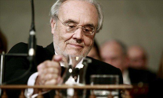 Cineasta fundamental de la Transición, Manuel Gutiérrez Aragón , que ahora es novelista, ingresó en la RAE el pasado enero.