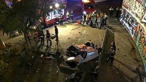 Un cotxe cau de manera inexplicable des d'una altura de set metres a Barcelona