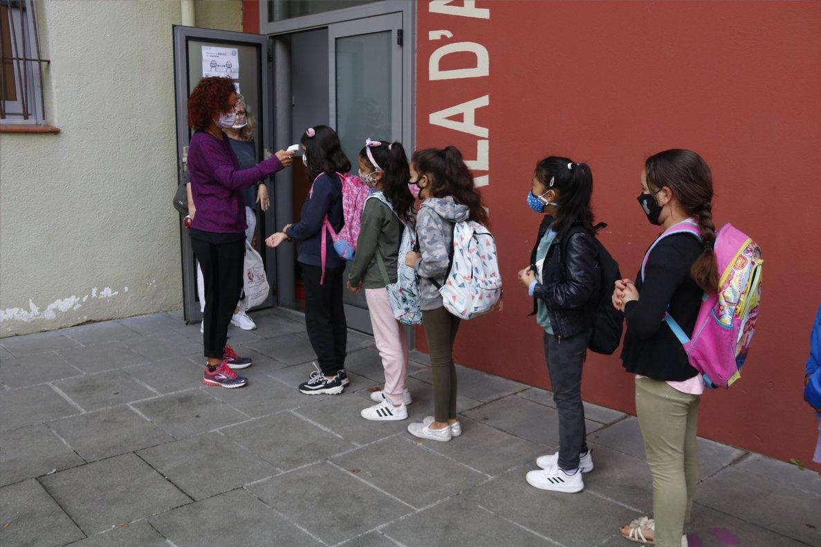 Cola de alumnos en el colegio Puig-Agut de Manlleu, este jueves.