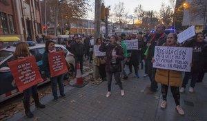 Concentración del Sindicat de Llogaters frente a la sede del PSC para pedir la regulación de los precios de los alquileres.