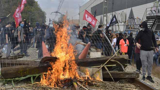 El servicio de tren de alta velocidad (AVE) se ha interrumpido en Girona a las 14:00 horas, después de que un centenar de manifestantes haya accedido a las vías fuera de la estación, que se encuentra protegida por un fuerte dispositivo policial.