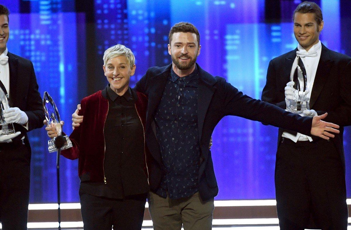 Ellen DeGeneres, tras recibir unade sus tres estatuillas de la noche angelina de manos de Justin Timberlake.
