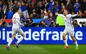 Deulofeu se dirige a Ander Herrera después de marcar el segundo gol de España tras rematar un centro de Jordi Alba, este martes en París.