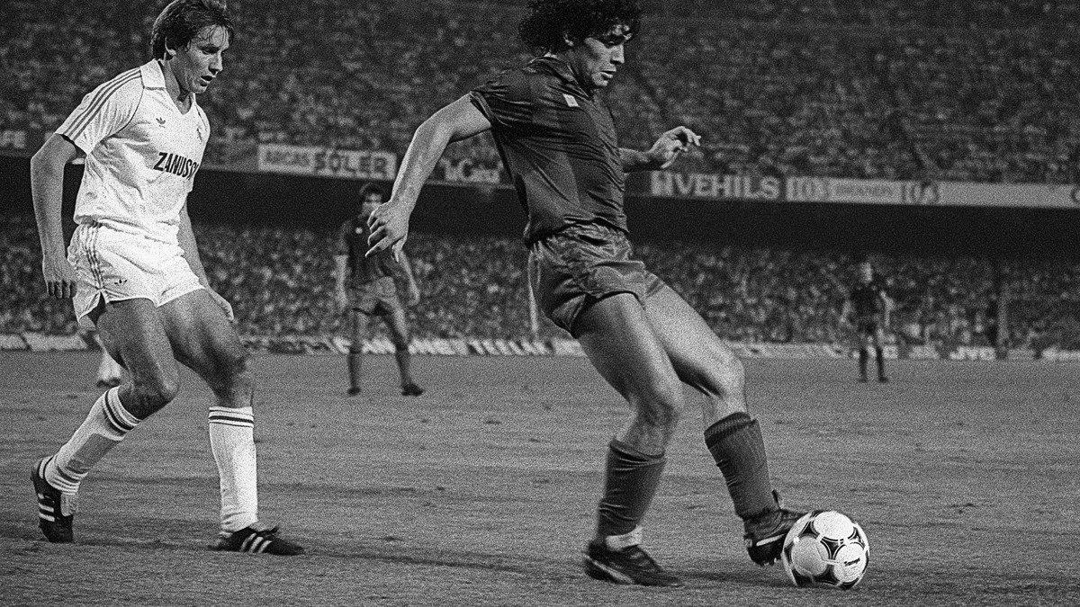 Diego Armando Maradona en la final de la Copa del Rey de 1983 entre el Barça y el Real Madrid,en el Camp Nou.