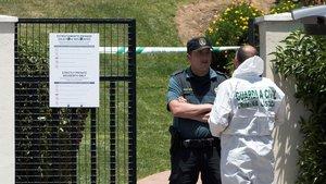 Dos agentes, en la entrada de la urbanización de Ayamonte donde se cometió el crimen.