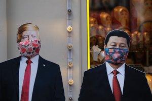Dos figuras de Trump y Xi Jinping con mascarillas en una tienda de regalos de Moscú.