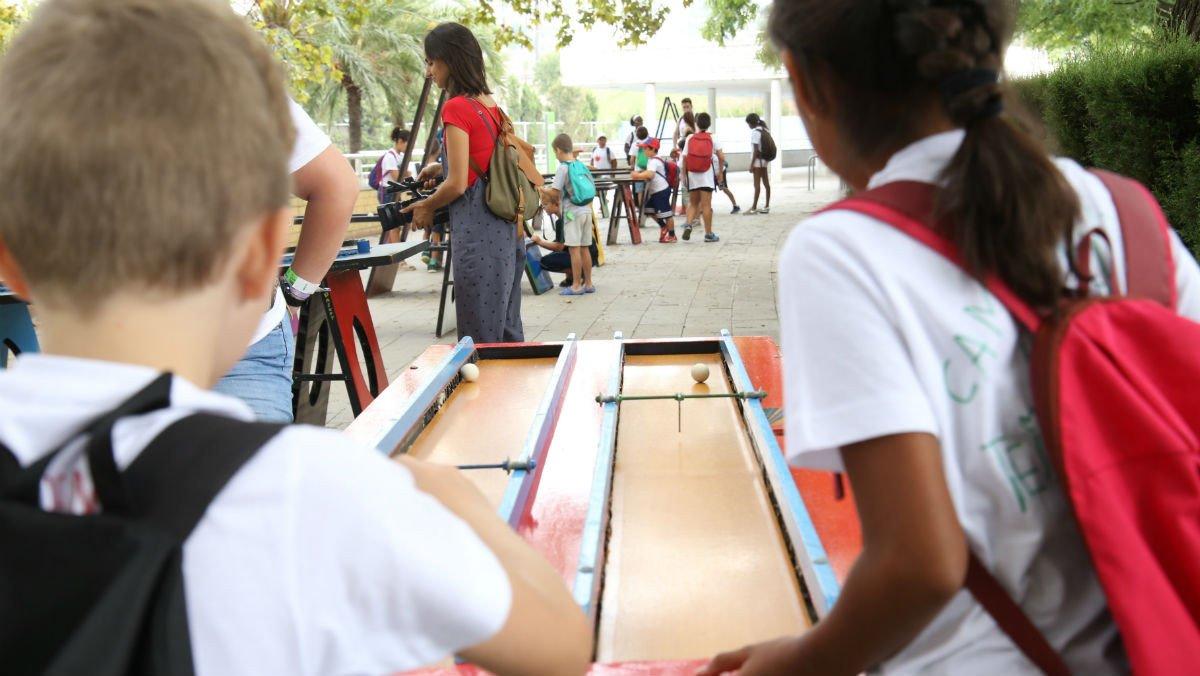Dos niños participantes del programa realizando una actividad