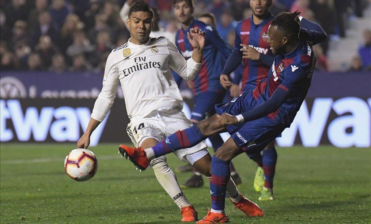 Doukouréchuta al aire y Casemiro se tira al suelo simulando un penalti que el árbitro pitó.