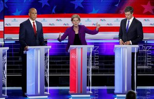 Elizabeth Warren, junto a Cory Booker y Beto O'Rourke, durante el primer debate de las primarias demócratas.