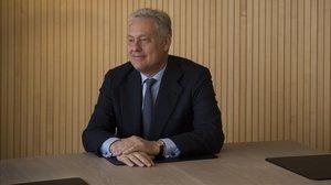 El embajador Simon Manley, en la sede central de Banco Sabadell.