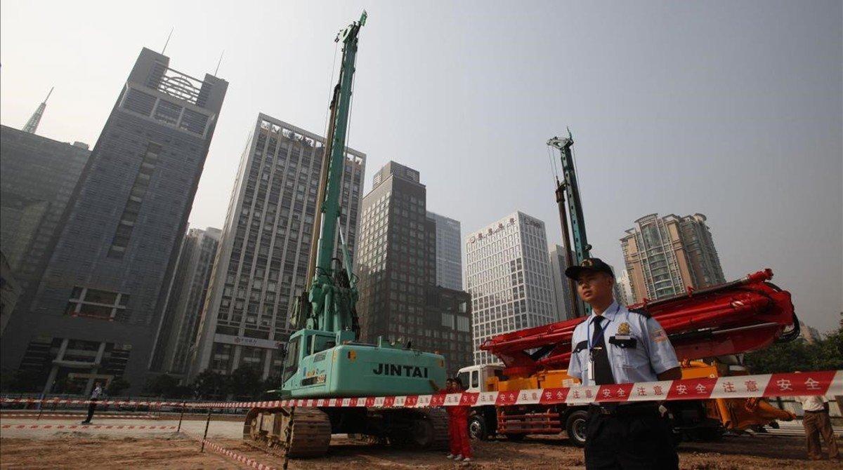 Empleados de seguridad en los terrenos del consulado de EEUU en Guangzhou.