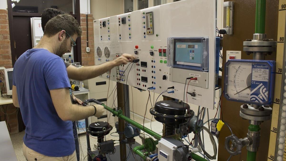 Un estudiante en el taller de electroquímica del instituto Comte de Rius de Tarragona.