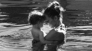 Eva González comparte el primer baño con su hijo.