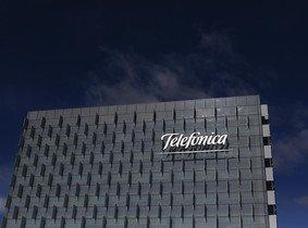 Façana de la seu de Telefónica a Madrid.