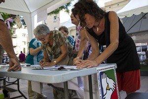 Firmas por la ILP en Gràcia en el 2013.