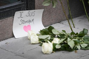 DMCF01. Stockholm (Sweden), 08/04/2017.- Flowers and a note Je suis Stockholm (I am Stockholm) near the crime scene in central Stockholm, Sweden, 08 April 2017 the morning after a hijacked beer truck ploughed into pedestrians on Drottninggatan and crashed into Ahlens department store, killing four people, injuring 15 others. (Atentado, Estocolmo, Suecia) EFE/EPA/ANDERS WIKUND SWEDEN OUT