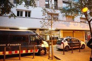 Furgonetas de los Mossos en un registro policial / ARCHIVO