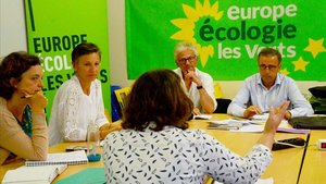 El ganador de las elecciones en Burdeos, el ecologista Pierre Hurmic (derecha), durante una reunión con su equipo este lunes.