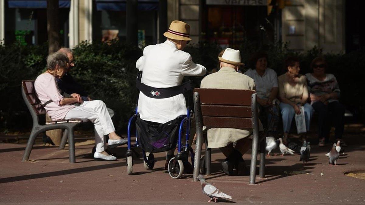 El gasto en pensiones registra una cifra récord en noviembre. En la foto, unos jubilados en Barcelona.