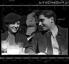 Gerda Taro i Robert Capa, a la terrassa del Café du Dôem de París, retratats pel seu amic Fred Stein (principis del 1936).