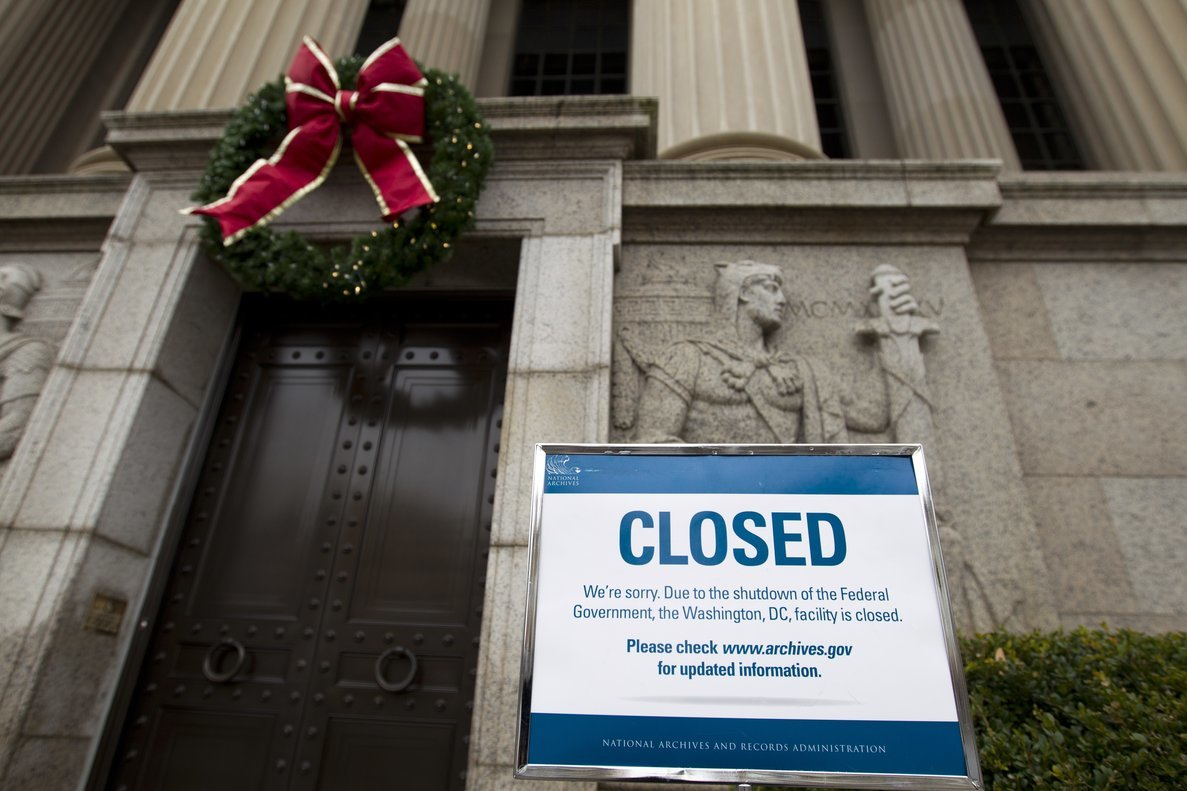 Cartel en la entrada de los Archivos Nacionales en Washington, que informa del cierre de la Administración estadounidense.
