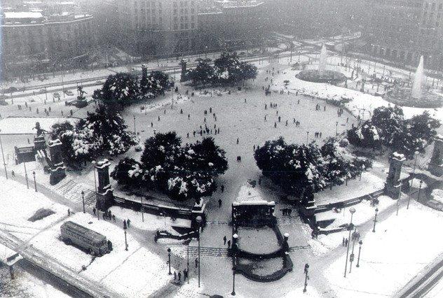 La Navidad de 1962 fue la más blanca de la historia de Barcelona. Durante el día 25 de diciembre nevó todo el día, con mayor o menor intensidad, y en Sant Esteve la ciudad amaneció cubierta por un manto de nieve, que en algunas zonas alcanzó los 80 centímetros de grosor. En la imagen, el aspecto de la plaza de Catalunya.