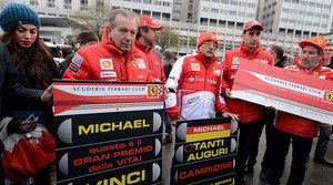 Un grup d'aficionats de Ferrari desitgen a Schumacher una ràpida recuperació davant l'hospital de Grenoble on està ingressat amb motiu del seu 45è aniversari.
