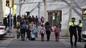 Un grupo de alumnos entra en la escuela Joan Roca de la rambla de Guipúscoa, este martes.