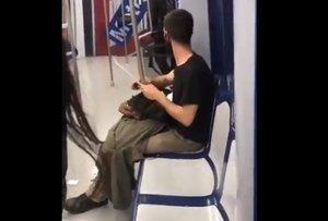 Un joven afilando un cuchillo mientras viajaba en Metro de Madrid.