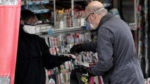 Un hombre compra la prensa en un quiosco de Madrid el pasado 27 de marzo.