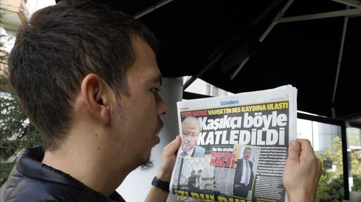 Un hombre turco lee en un periódico los detalles de lal asesinato de Khashoggi.