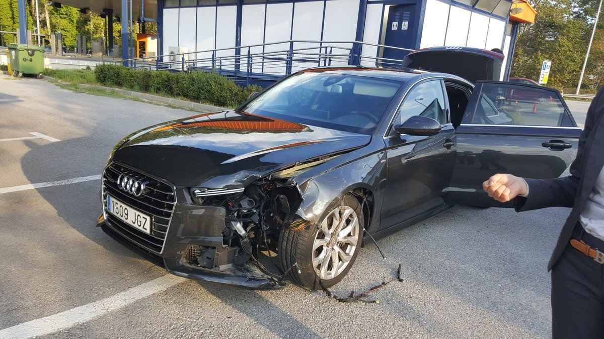 Imagen del vehículo oficial de Carles Puigdemont tras el accidente.