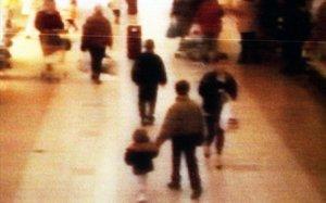Imagen de vídeo en la que se ve al pequeño James de la mano de uno de sus asesinos, en 1993.