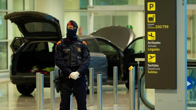 Testigos del suceso que se ha producido la pasada madrugada en el aeropuerto de El Prat, cuando dos personas han accedido con su vehículo al interior de la terminal, han podido grabar el incidente con sus móviles.
