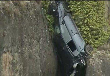 Impresionante imagen la de un coche atrapado entre las rocas en un barranco en la Hoz del Huécar, en Cuenca