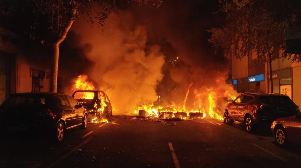 Incendio de coches en la calle Roger de Flor.