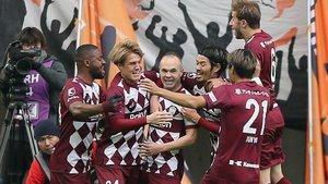 Iniesta es felicitado por sus compañeros tras marcar el 1-0 al Shimizu en la semifinal de la Copa Emperador.