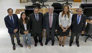 De izquierda a derecha, Josep Maria Pons, Beatriz Toribio, Joan Oller, Jordi Cornet, Anna Esteban y Lluís Marsà, en la redacción de EL PERIÓDICO.