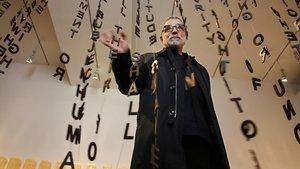 Jaume Plensa, este jueves, en el Macba, ante su obra 'Glückauf?', una cortina de letras de hierro con la Declaración Universal de los Derechos Humanos.