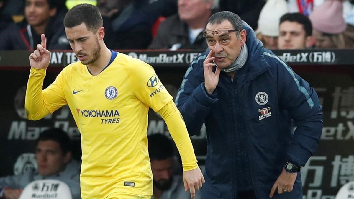 Sarri, dando instrucciones a Hazard, la estrella del Chlesea, esta temporada.
